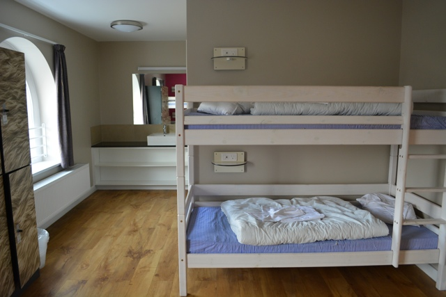 6-bed-hostel-dorm-lockers-and-sink-Wombats-City-Hostel-London-Review-Video